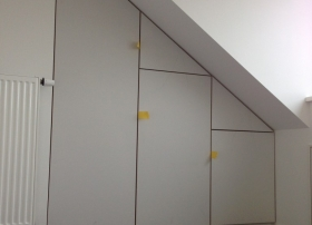 Garderobekast afgewerkt met deuren