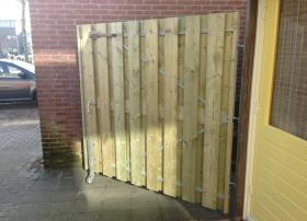Poortdeur vergroot en ondersteund met verend bokwiel
